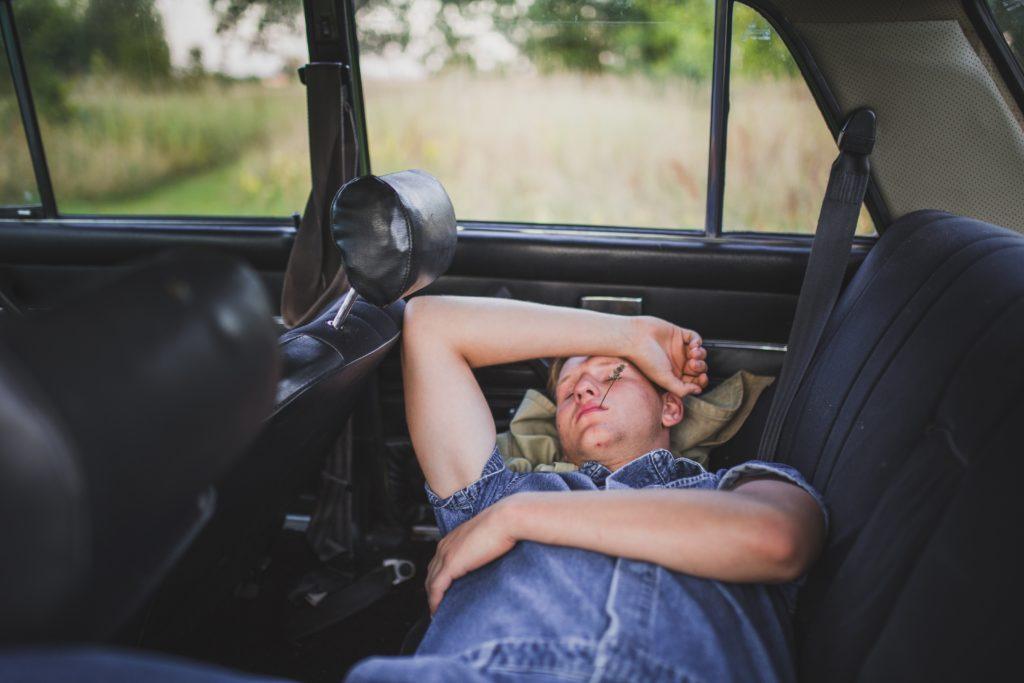 車内で寝る人